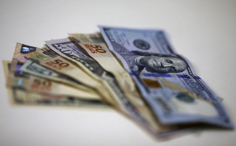 Dólar toma distância de R$6 após BC ofertar US$1 bi em swaps, mas segue em alta