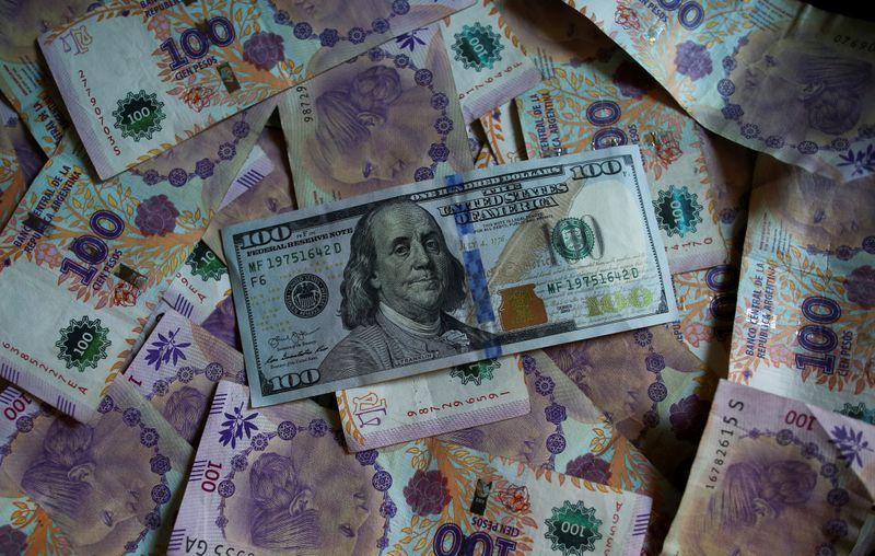 Peso argentino negociado no mercado paralelo se desvaloriza a 136 por dólar--operadores