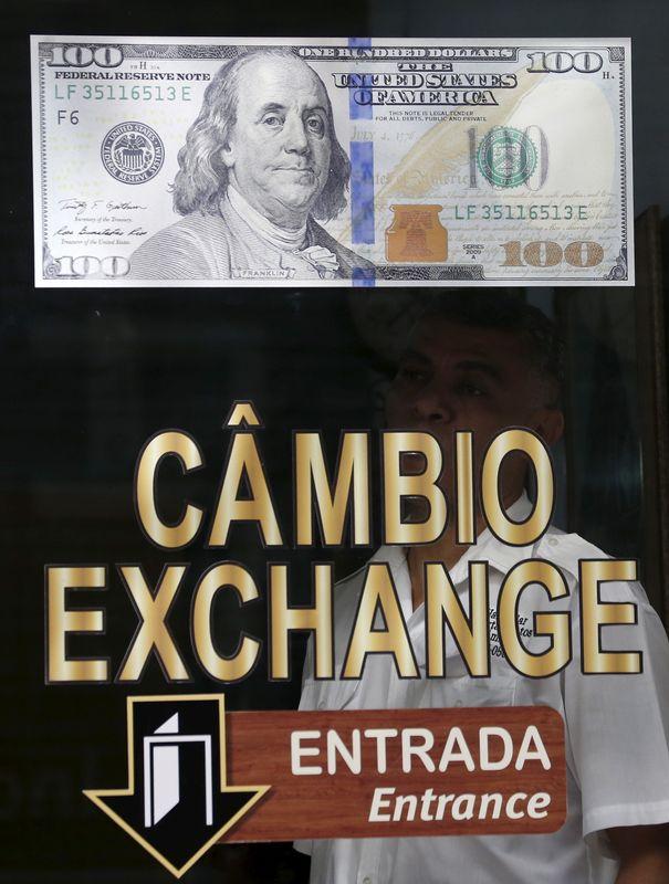 Dólar bate recorde perto de R$6, mas vira e fecha em queda com BC e exterior