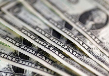 Dólar fecha sem sinal único, com vacinas e avanço da covid-19 no radar