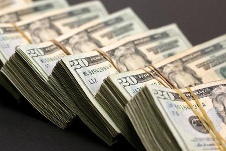 Dólar fecha estável com escalada de casos de covid-19